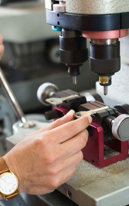 locksmith cutting key using machine