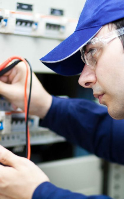 pat tester using testing current on electrical circuit
